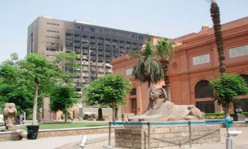 Zdjecie EGIPT / Kair / przed muzeum Kairskim / Pozostałości po rewolucji.....