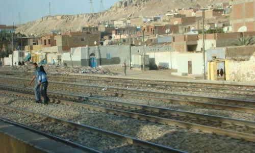 Zdjecie EGIPT / - / okolice Asuanu / Przejście przez tory surowo wzbronione