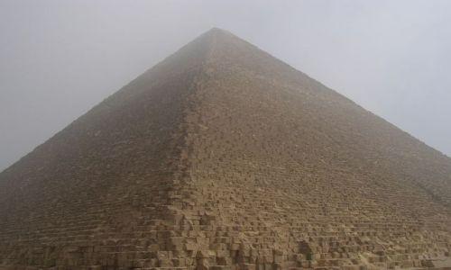Zdjęcie EGIPT / okolice Kairu / Giza / Piramida Chufu w porannej mgle