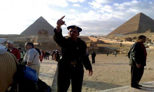 Zdjecie EGIPT / - / Giza / Niezadowolony  strażnik  piramid. :)