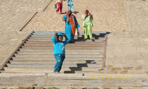 Zdjęcie EGIPT / Nil / wioska nad Nilem / egipskie dziewczynkii