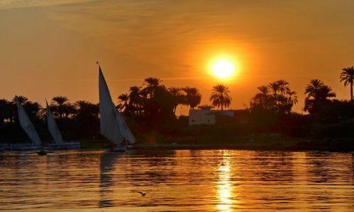 EGIPT / Luxor / Luxor / Zachód w Luxorze