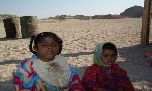 Zdjecie EGIPT / W głąb pustyni od Hurghady / Pustynia Arabska / Biedne dzieci z wioski Beduińskiej