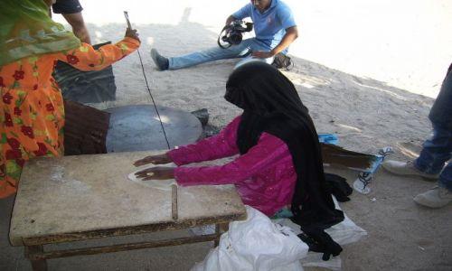 Zdjecie EGIPT / Okolice Hurghady / Pustynia Arabska / Pieczenie chlebka przez Beduinkę na pustyni