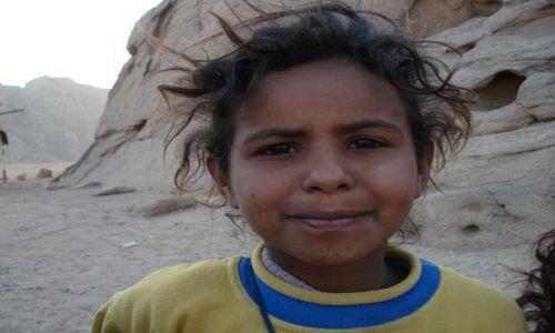 Zdjecie EGIPT / Sharm / pustynia / Egipska dziewczynka