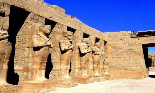 Zdjęcie EGIPT / Luksor / świątynia w Karnaku / posągi faraonów