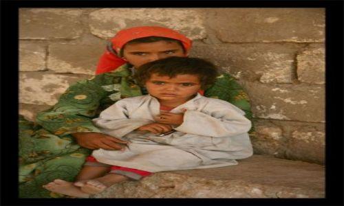 Zdjecie EGIPT / kolo hurghady / pustynia / dzieci pustyni patrza inaczej