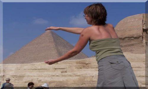 Zdjecie EGIPT / brak / Kair / Piramida w garści