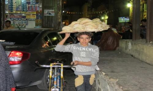 Zdjecie EGIPT / Afryka / Kair / logistyka na Chan Al Chalili chleb