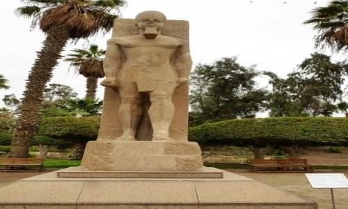 Zdjecie EGIPT / okolice Kairu / Memfis / Muzeum na Wolnym Powietrzu - statua faraona
