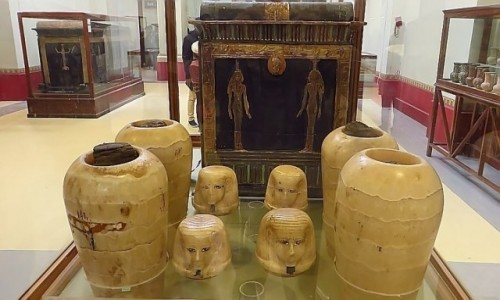Zdjecie EGIPT / Kair / Kair - Muzeum Egipskie / urny kanopskie