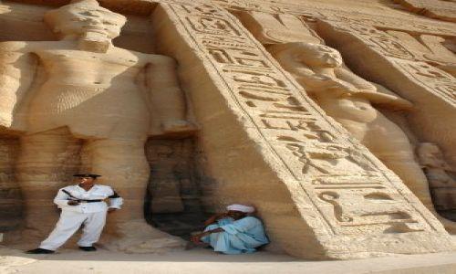Zdjecie EGIPT / Nubia / Abu Simbel / odpoczynek w cieniu świątyni