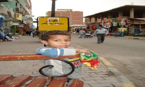Zdjecie EGIPT / Hurgada / ulica / chłopczyk