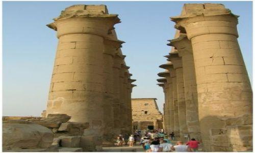 Zdjecie EGIPT / Egipt część wschodnia / Luxor / Niebosiężne...kolumnada świątyni