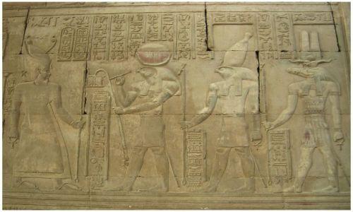 Zdjęcie EGIPT / Egipt wschodni / Kom Ombo  / Parada bogów - Reliefy w świątyni