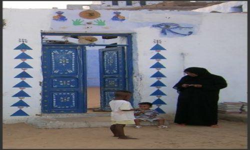 Zdjęcie EGIPT / Egipt wschodni / okolice Asuanu-wioska nubijska / Przed domem