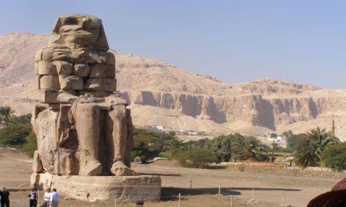 EGIPT / Teby / Teby  / Jeden z kolosów Memnona