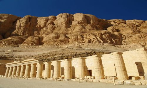 Zdjecie EGIPT / Luksor - brzeg zachodni / �wi�tynia Hatszepsut / Wielko�� ma zna