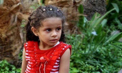 Zdjecie EGIPT / Kair / Przed wejściem do świątyni żydowskiej / Wystraszona mała egipcjanka