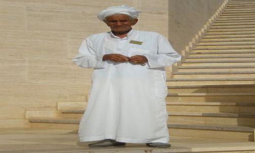 Zdjecie EGIPT / Pustynia El Alamain / Muzeum pamięci włoskich żołnierzy poległych w II wojnie światowej / Opiekun