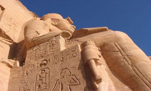Zdjecie EGIPT / Górny Egipt / Abu Simbel / Ramzes II z perspektywy żaby