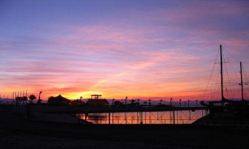 EGIPT / Półwysep Synaj / Taba / wschód słońca w mglisty poranek - port w Tabie