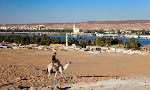 Zdjecie EGIPT / - / Asuan - zachodni brzeg Nilu / policjant