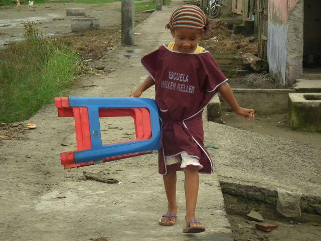 Zdjęcia: Muisne, Esmeraldas, W szkole przecież trzeba na czymś siedzieć.., EKWADOR