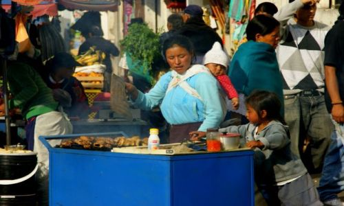 Zdjęcie EKWADOR / Otavalo / Otavalo / Pomaga mamie