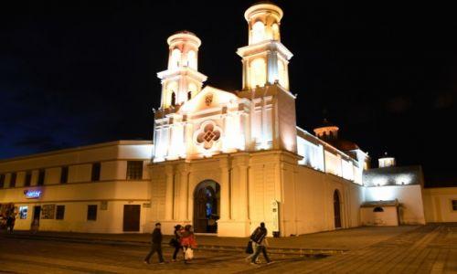 Zdjecie EKWADOR / aleja wulkanów / Latacunga / Kościół nocą 2