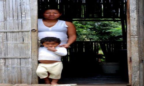 EKWADOR / Prowincia Los Rios / Ventanas / Luis Rafael z mama w drzwiach swojego domu