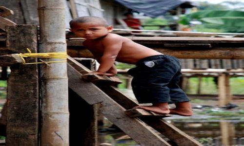 EKWADOR / Prowincia Los Rios / Ventanas / w dzielnicy La Poza dzieci potrafią sie bawić wszędzie