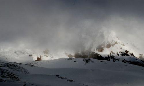 EKWADOR / Ekwador / Antisana / Antisana Sur w ciemnych chmurach
