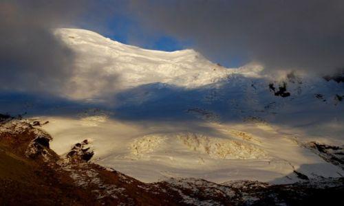 EKWADOR / Ekwador / Antisana / Antisana chowa się za czarnymi chmurami