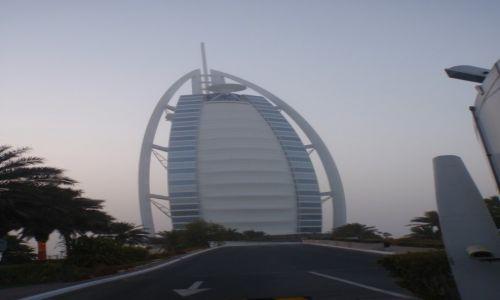 Zdjęcie ZJEDNOCZONE EMIRATY ARABSKIE / DUBAJ / Budynek hotelu stoi na sztucznej wyspie położonej 280 m od plaży w Zatoce Perskiej.  / Burdż al-Arab słynny hotel żagiel