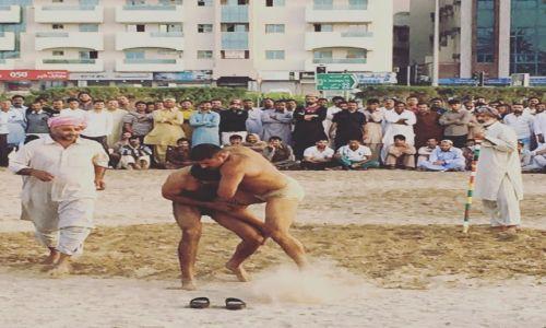 Zdjecie ZJEDNOCZONE EMIRATY ARABSKIE / Dubaj / Deira / Pakistańskie zapasy na piachu
