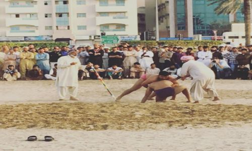 Zdjęcie ZJEDNOCZONE EMIRATY ARABSKIE / Dubaj / Deira / Pakistańskie zapasy na piachu