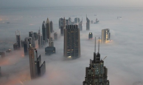 Zdjecie ZJEDNOCZONE EMIRATY ARABSKIE / Dubaj / Wieża Burj Khalifa  / Dubaj we mgle