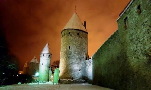 ESTONIA / Harjumaa / Tallinn / Tallinn nocą - mury starego miasta