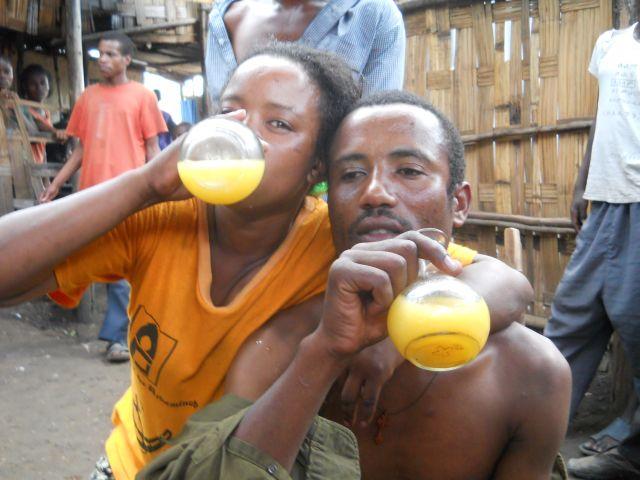 Zdjęcia: podmiejska knajpa, Arba Minch, impreza w pijalni tedziu, ETIOPIA