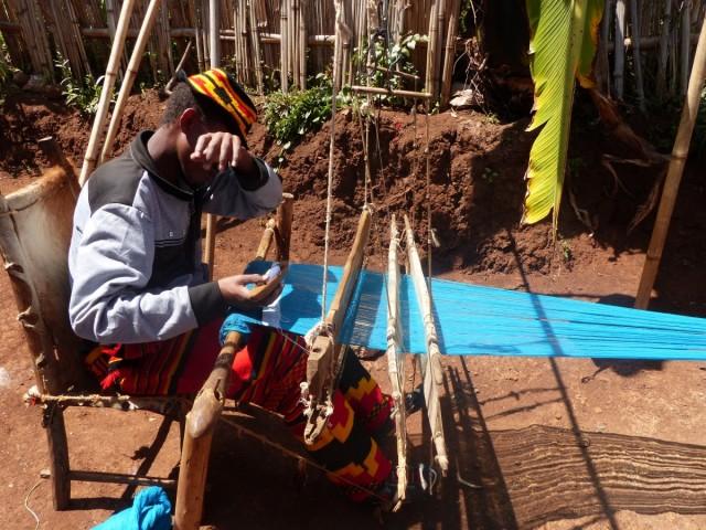 Zdjęcia: Dorze, DOLINA OMO, Tkanie materiału  - wioska Dorze, ETIOPIA