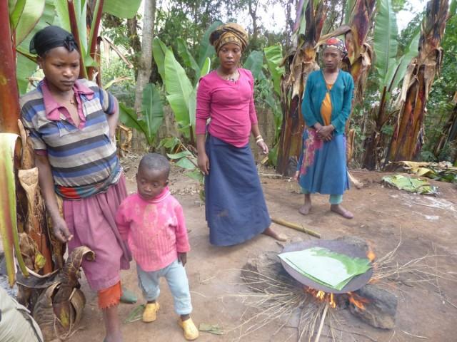 Zdjęcia: Dorze, DOLINA OMO, Za chwilę jemy placek, ETIOPIA
