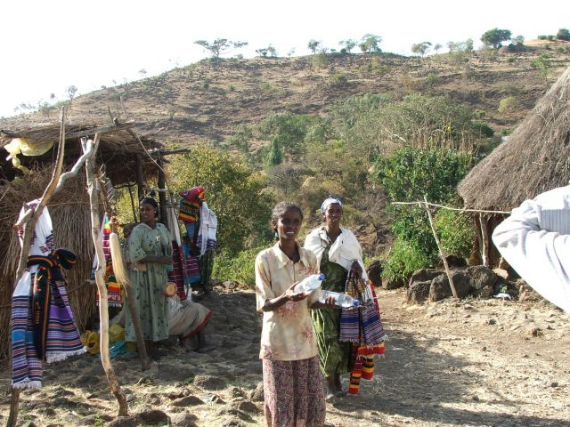 Zdjęcia: w drodze nad Tis Isat, Bahir Dar, Zawsze jest coś do sprzedania, ETIOPIA