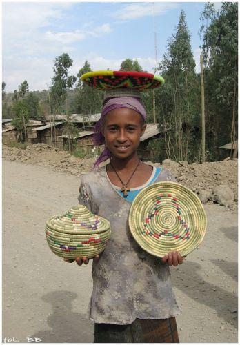 Zdj�cia: wioska Felaszy, Okolice Gondar, Dziewczynka z pami�tkami, ETIOPIA
