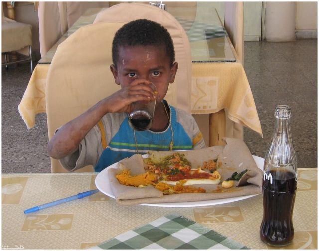 Zdjęcia: Axum, Axum, Nakarmić głodnego, ETIOPIA