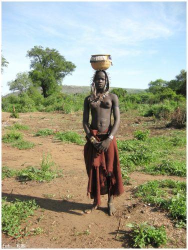 Zdjęcia: Mago National Park, Etiopia - południe, Dziewczyna z koszem, ETIOPIA