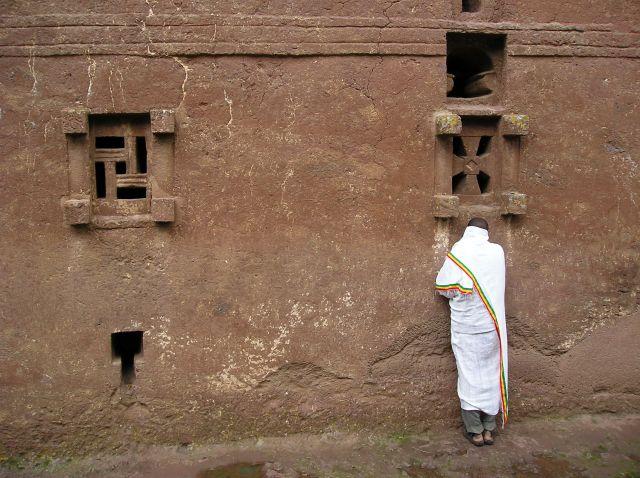 Zdjęcia: Lalibela, pobożny Etiopczyk, ETIOPIA