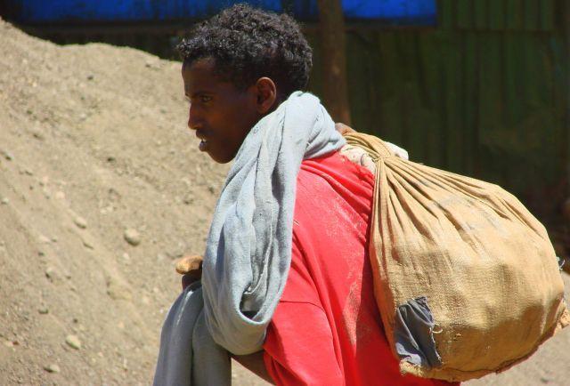 Zdjęcia: Etiopia, Etiopia, Z worem, ETIOPIA