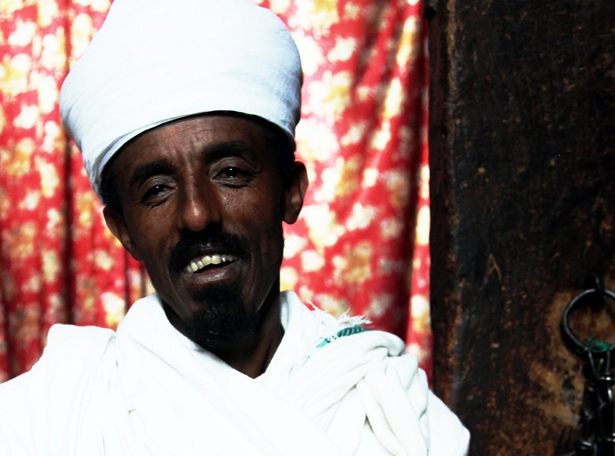 Zdjęcia: Kościół Golgoty, Lalibela, Diakon, opiekun kluczy, ETIOPIA