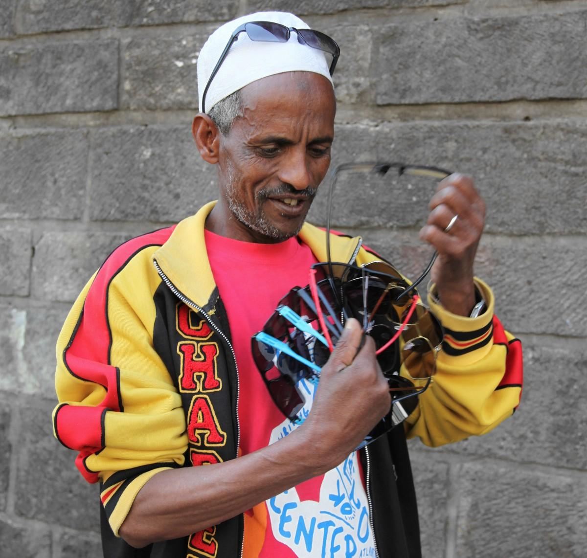 Zdjęcia: Merkato , Addis Abeba, Sprzedawca okularów, ETIOPIA